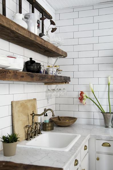 cuisine-blanc-bois-brut-plantes