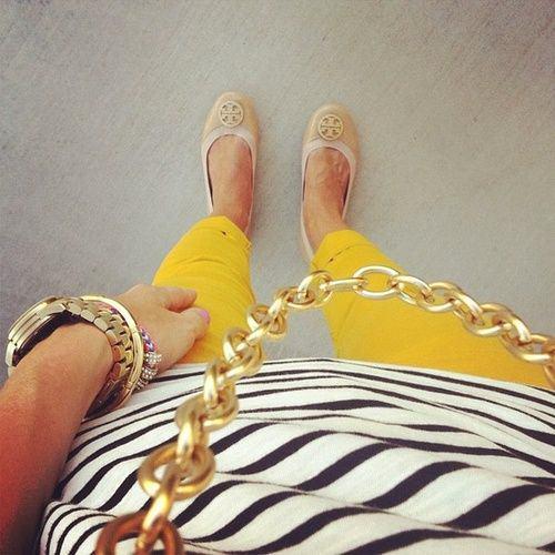 tenue-blanc-noir-jaune-rayures