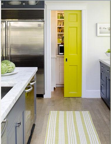 couleur-cuisine-meubles-gris-porte-jaune-latelier-azimute